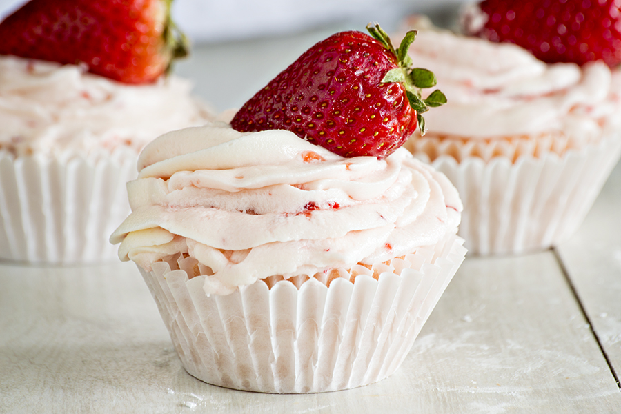 Strawberry Cheesecake Cupcakes with Strawberry Buttercream | Homan at Home